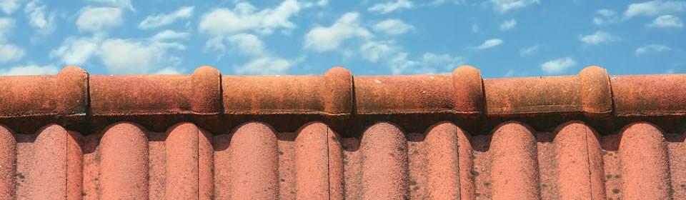 dakbedekking op hellend dak